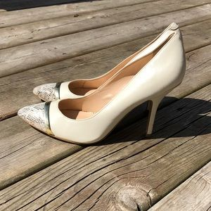 Nine West pump heel cream colored gold band 8.5